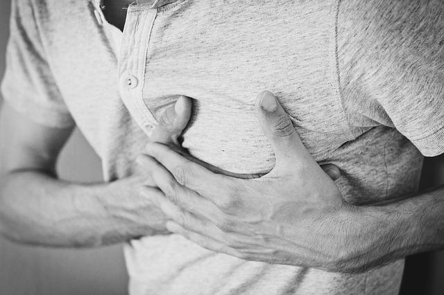 Faire un massage cardiaque sans défibrillateur