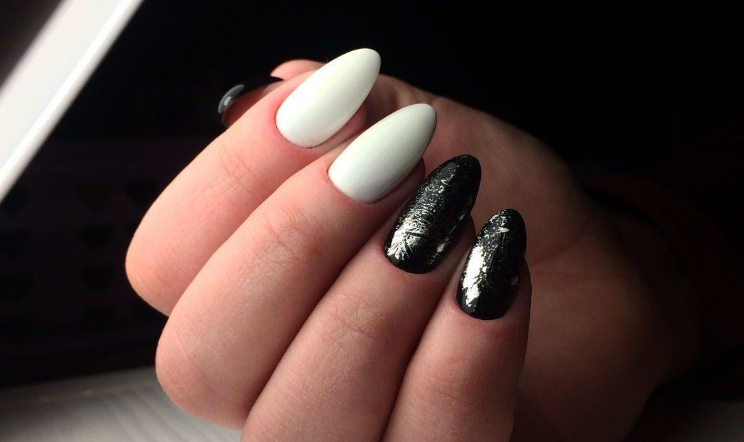 Manucure noir et blanc avec vernis en gel