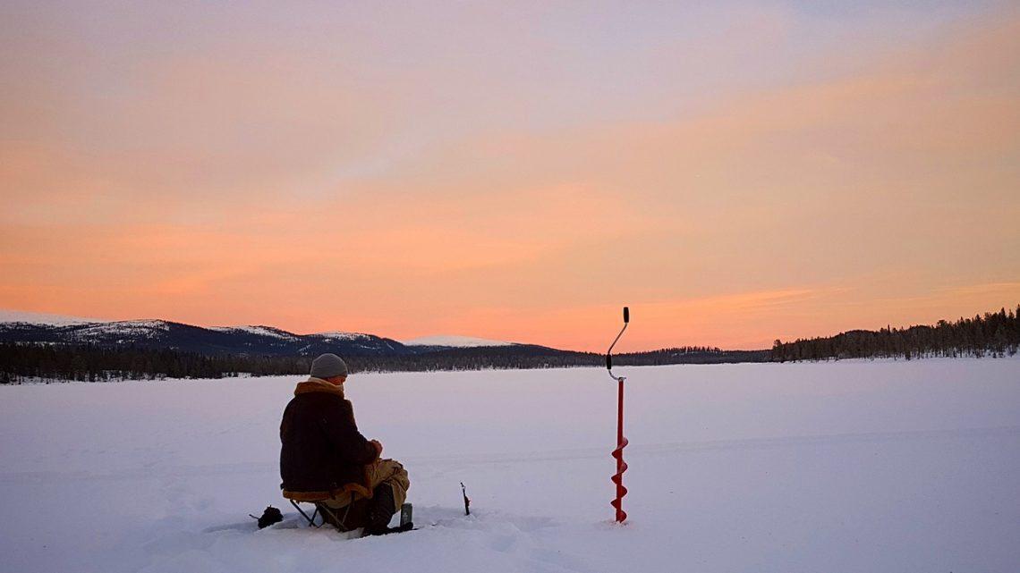 Séjour hivernal en Scandinavie : s'essayer à la pêche blanche